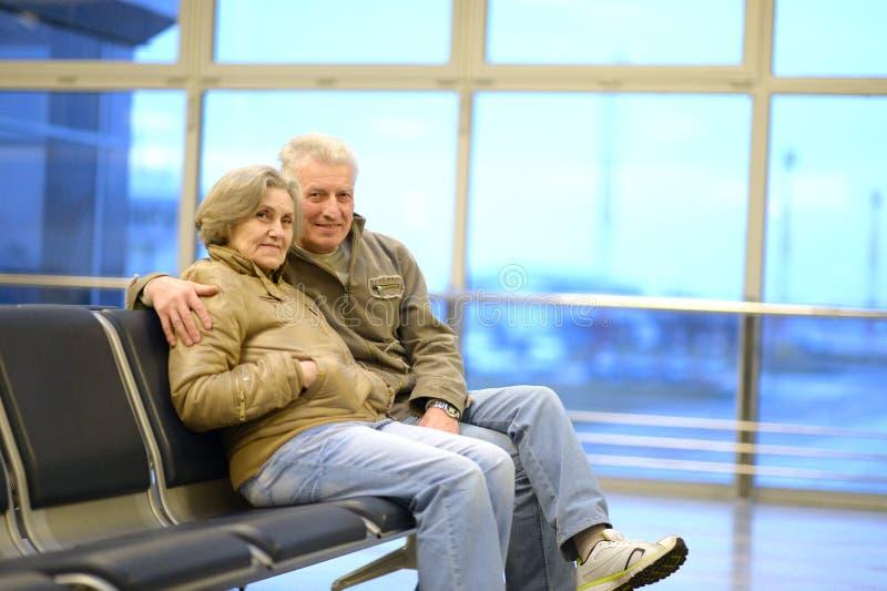Couples supérieurs à l'aéroport image stock