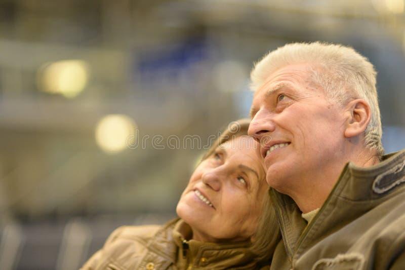 Couples supérieurs à l'aéroport images stock