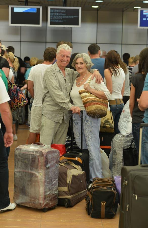 Couples supérieurs à l'aéroport photographie stock