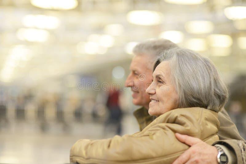 Couples supérieurs à l'aéroport photo stock
