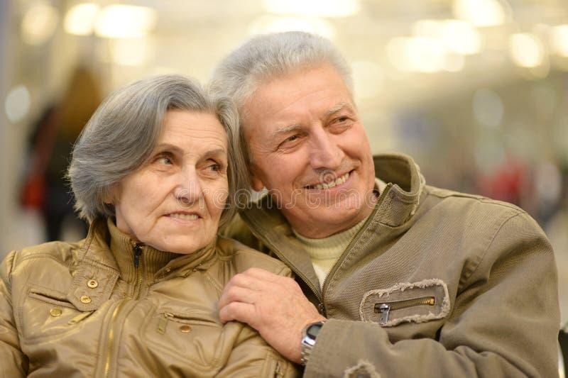 Couples supérieurs à l'aéroport photos stock