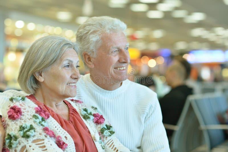 Couples supérieurs à l'aéroport images libres de droits