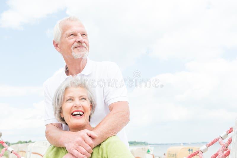 Couples supérieurs à la plage images libres de droits