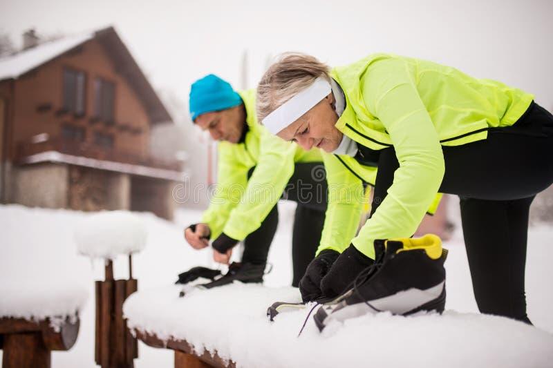 Couples supérieurs étant prêts pour le ski de fond photo libre de droits