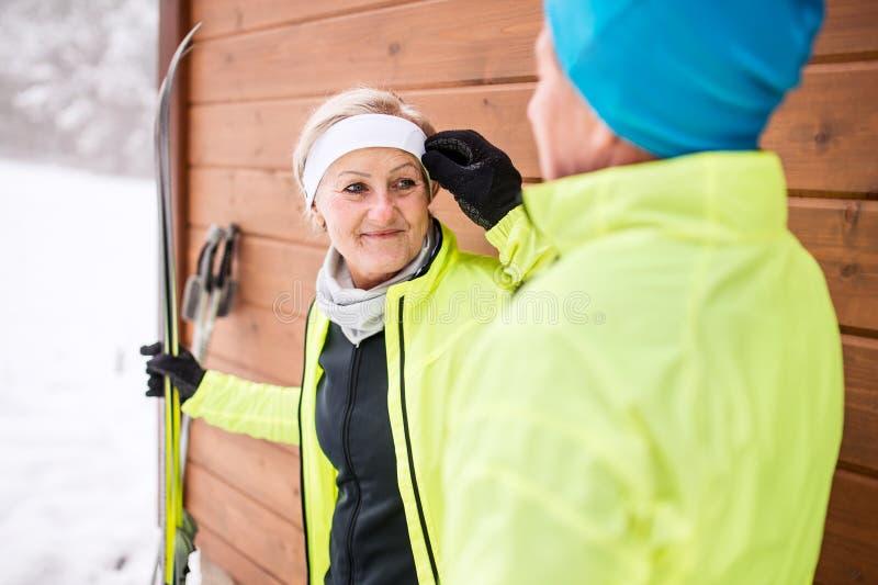 Couples supérieurs étant prêts pour le ski de fond photos stock