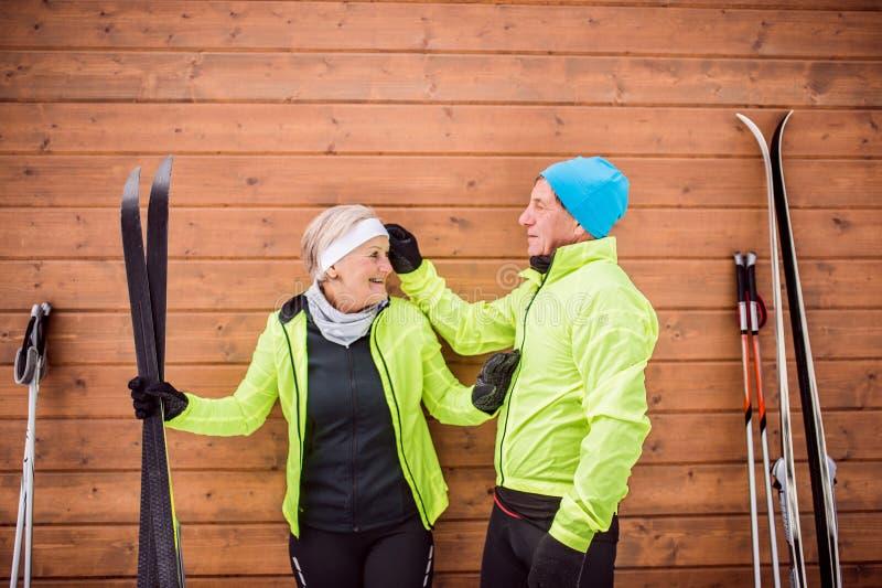 Couples supérieurs étant prêts pour le ski de fond photos libres de droits
