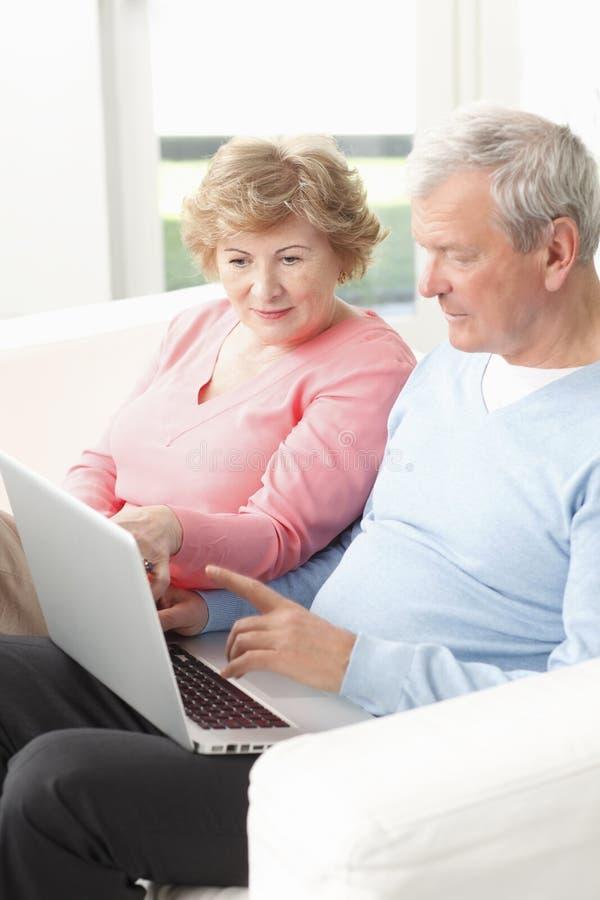Couples supérieurs actifs image stock