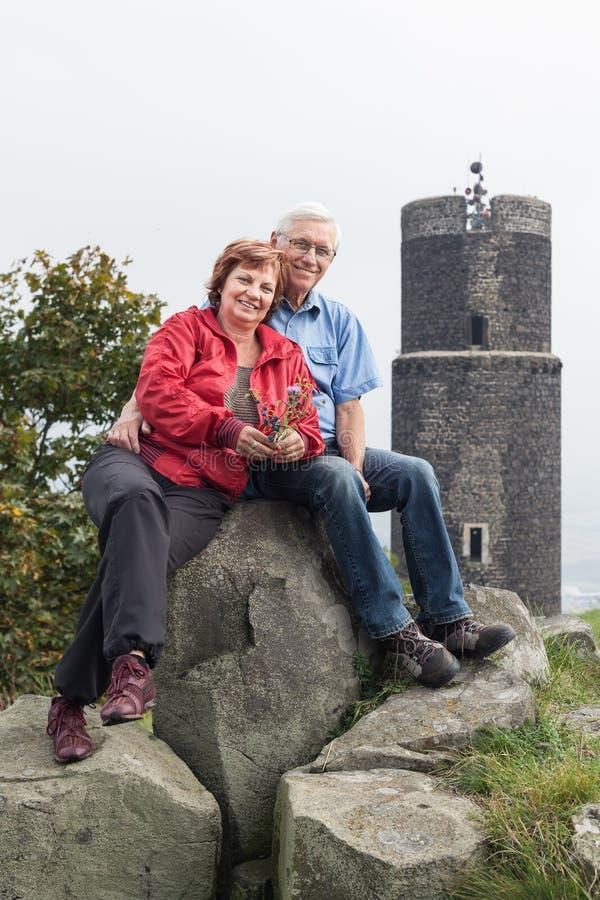 Couples supérieurs actifs heureux en voyage images libres de droits