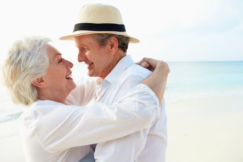 Couples supérieurs affectueux des vacances tropicales de plage images libres de droits