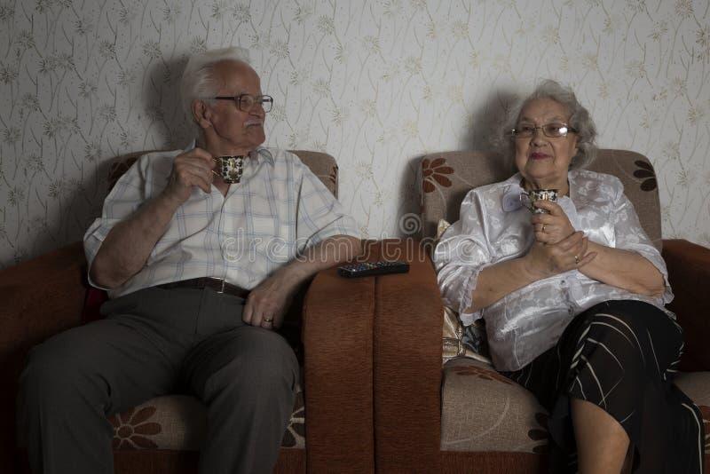Couples supérieurs appréciant la tasse de café photo libre de droits