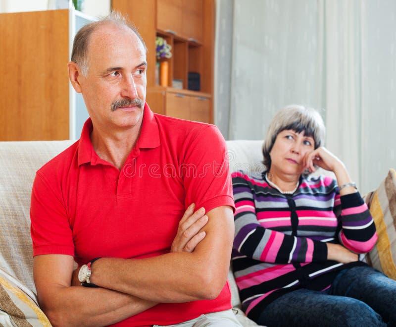 Couples supérieurs après querelle photos stock