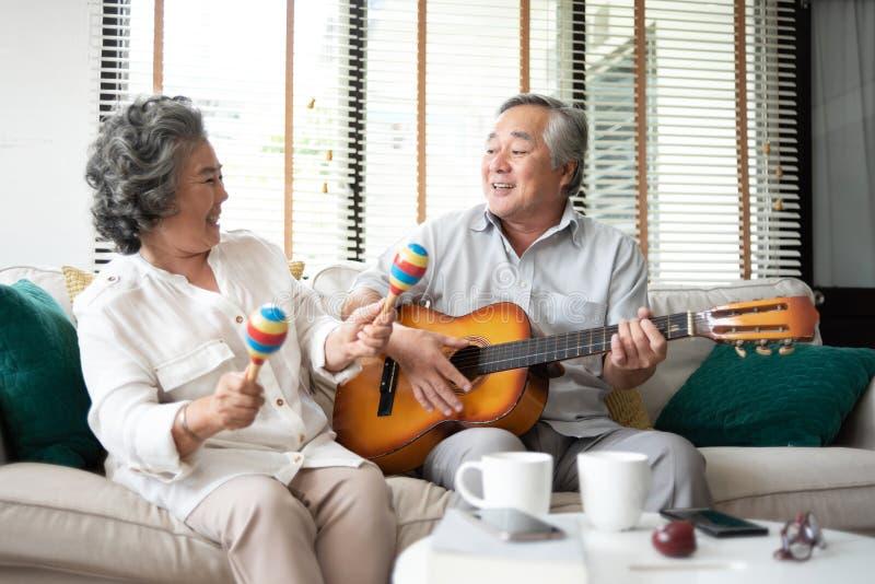 Couples supérieurs asiatiques ayant l'amusement photographie stock