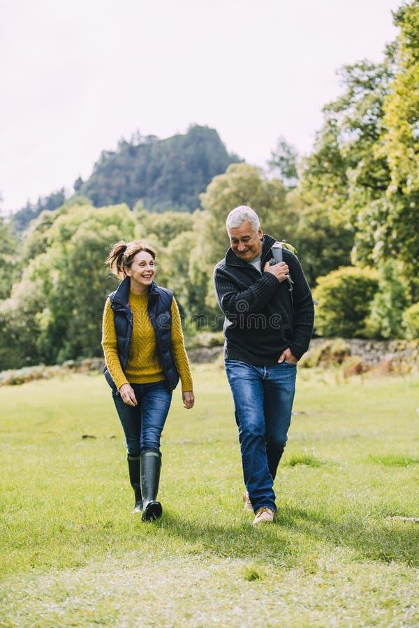Couples supérieurs augmentant ensemble photos stock