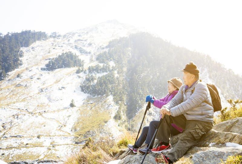 couples supérieurs augmentant sur la montagne images libres de droits