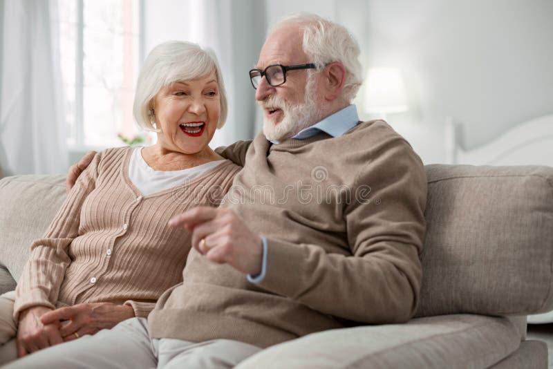 Couples supérieurs avec plaisir détendant à la maison image libre de droits