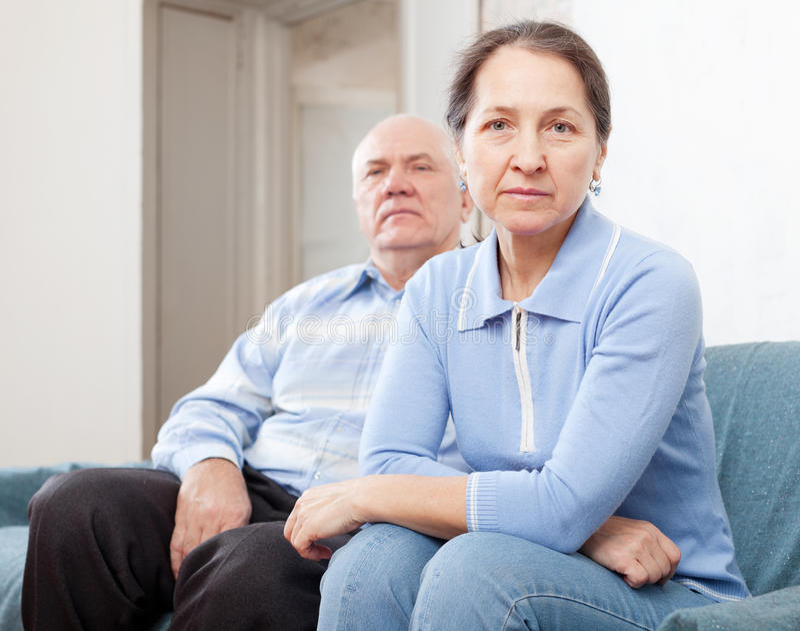 Couples supérieurs ayant des problèmes photographie stock