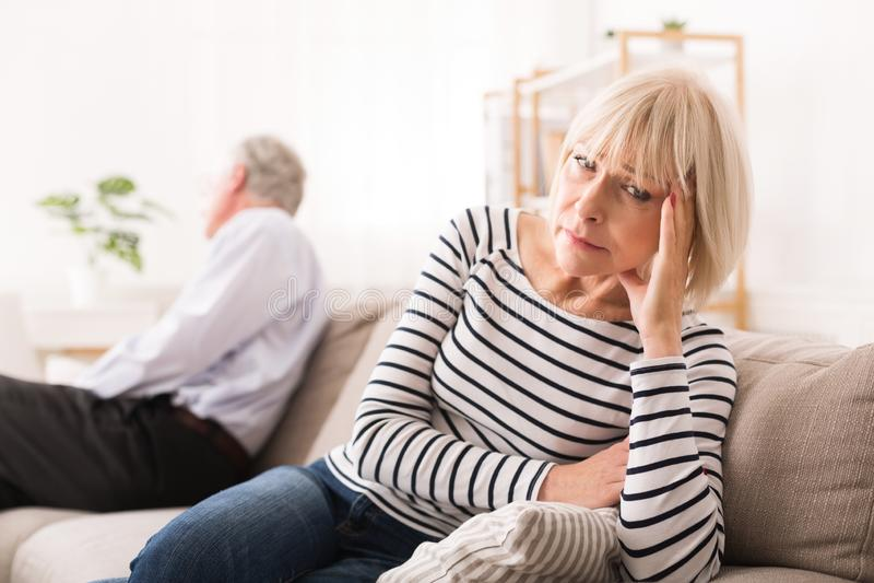 Couples supérieurs ayant des problèmes de relations, regardant aux bords opposés photographie stock libre de droits