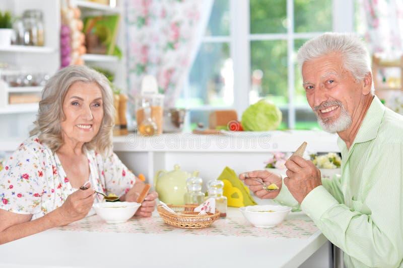 Couples supérieurs ayant le repas photos stock