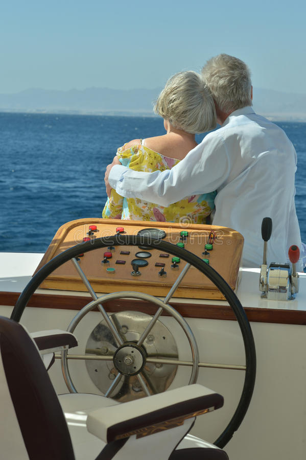 Couples supérieurs ayant le tour de bateau images stock
