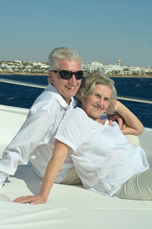 Couples supérieurs ayant le tour de bateau photo stock