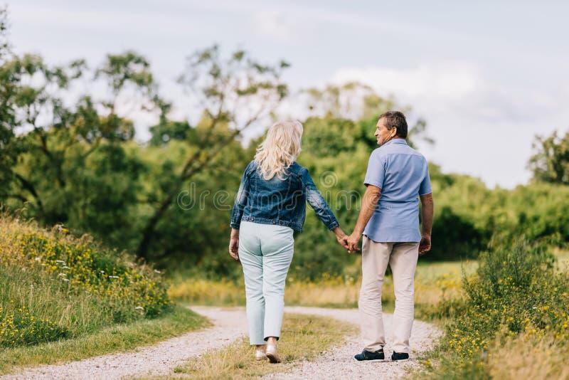 Couples supérieurs ayant une promenade photographie stock