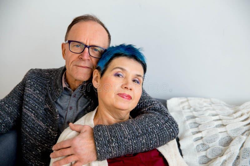 Couples supérieurs caressant photos stock