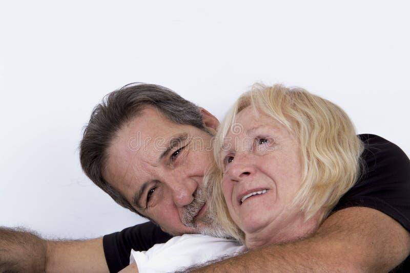 Couples supérieurs dans étreindre d'amour photographie stock libre de droits