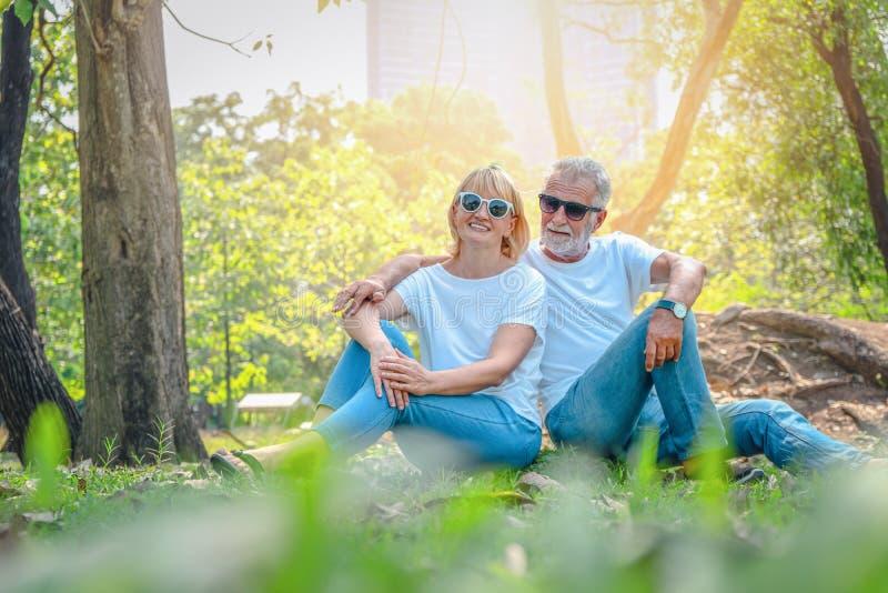 Couples supérieurs dans l'amour photo stock