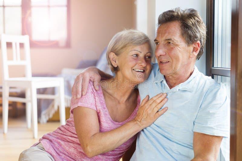 Couples supérieurs dans l'amour images libres de droits