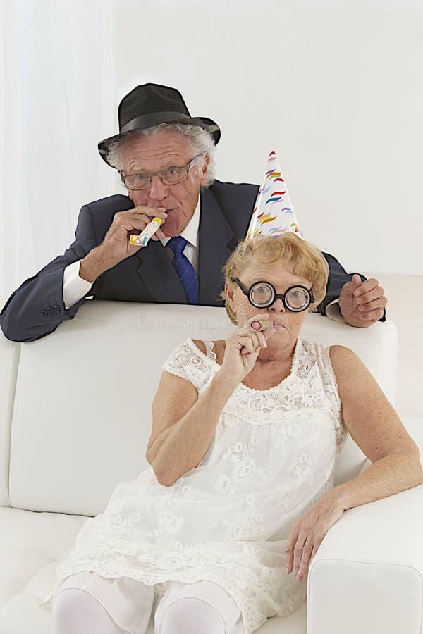 Couples supérieurs dans la célébration images libres de droits