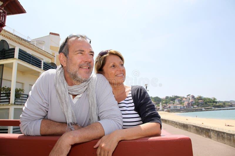 Couples supérieurs dans la station de vacances résidentielle sur le bord de la mer photos libres de droits