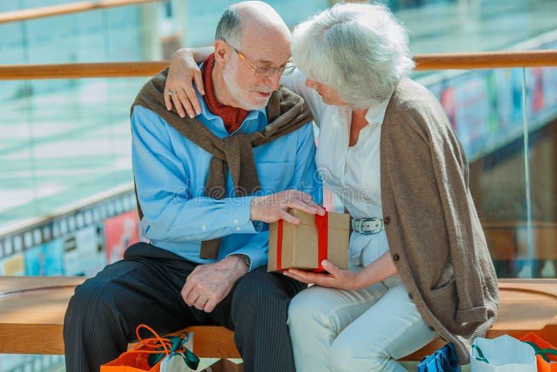 Couples supérieurs dans le centre commercial image libre de droits