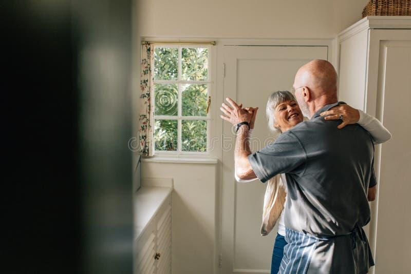 Couples supérieurs dansant à la maison photos libres de droits