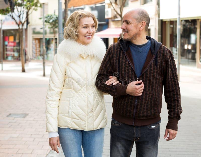 Couples supérieurs de famille marchant à la rue de ville image libre de droits