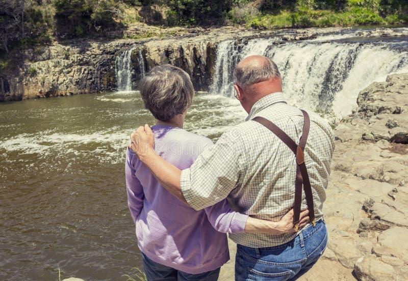 Couples supérieurs des vacances ensemble photo libre de droits