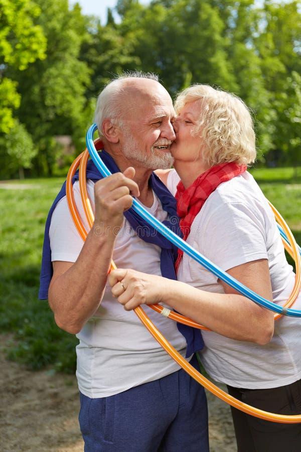 Couples supérieurs embrassant dans un cercle en nature photo stock