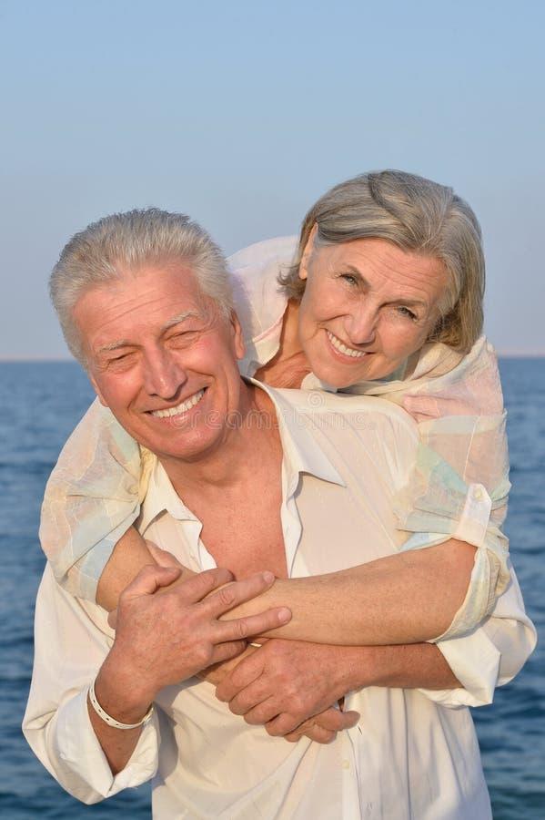 Download Couples supérieurs en mer image stock. Image du âgé, actif - 76082347