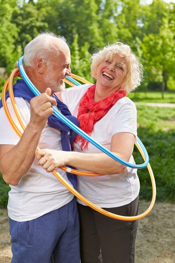 Couples supérieurs ensemble dans un cercle photo libre de droits