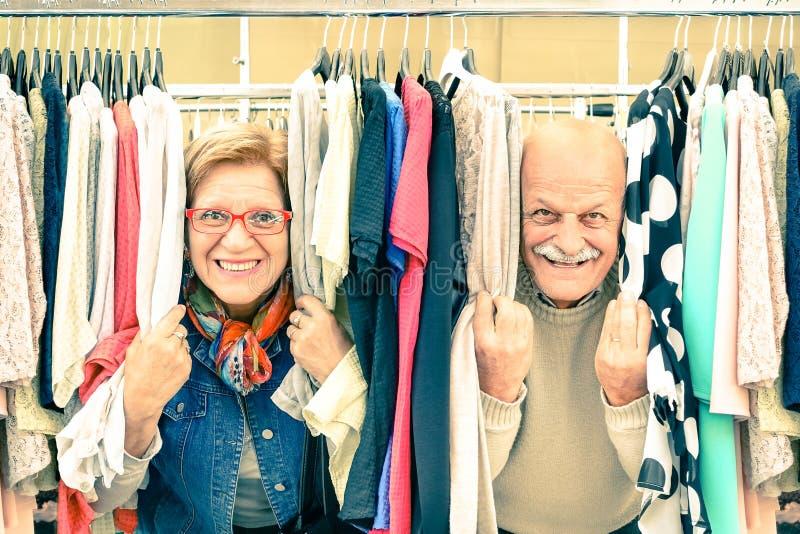 Couples supérieurs espiègles faiblement au marché aux puces photos stock