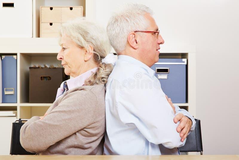 Couples supérieurs fâchés ayant un combat image stock