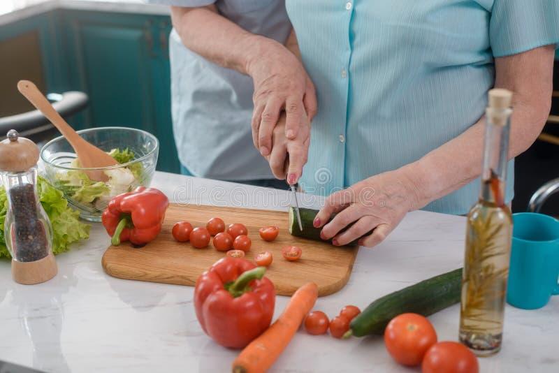 Couples supérieurs faisant cuire une salade photo libre de droits