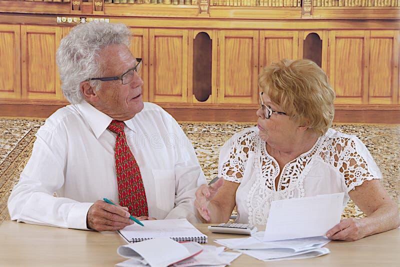 Couples supérieurs faisant des écritures images stock