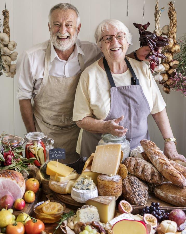 Couples supérieurs fonctionnant à un magasin de ferme photographie stock