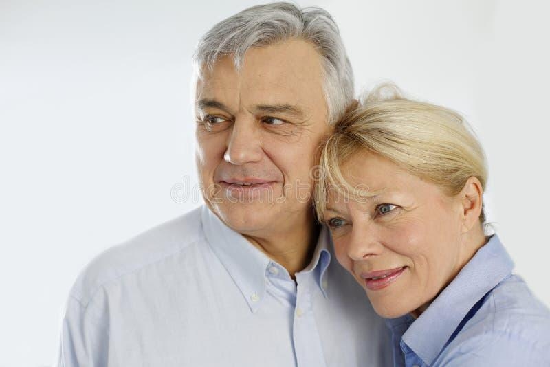 Couples supérieurs gais d'isolement photos stock