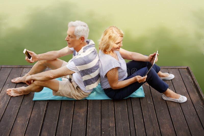 Couples supérieurs heureux au rivage photos libres de droits