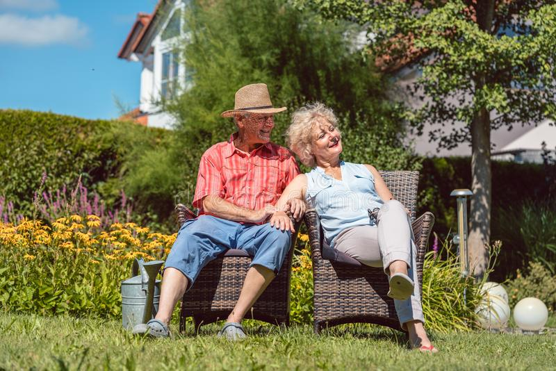 Couples supérieurs heureux dans l'amour détendant ensemble dans le jardin dans a photographie stock libre de droits