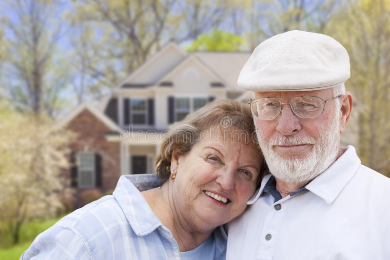 Couples supérieurs heureux devant la Chambre image stock