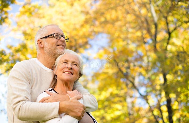 Couples supérieurs heureux en parc d'automne photo stock