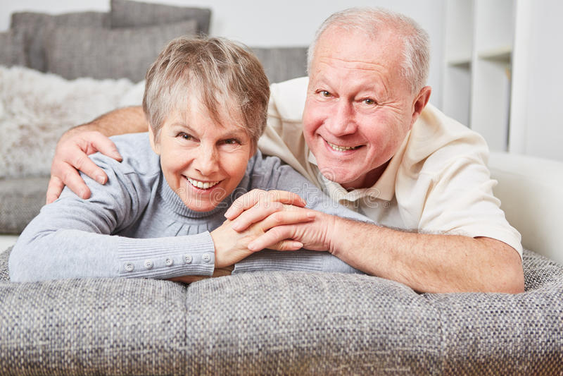 Couples supérieurs heureux ensemble photographie stock