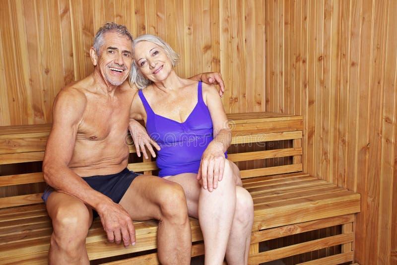 Couples supérieurs heureux ensemble dans le sauna photos stock